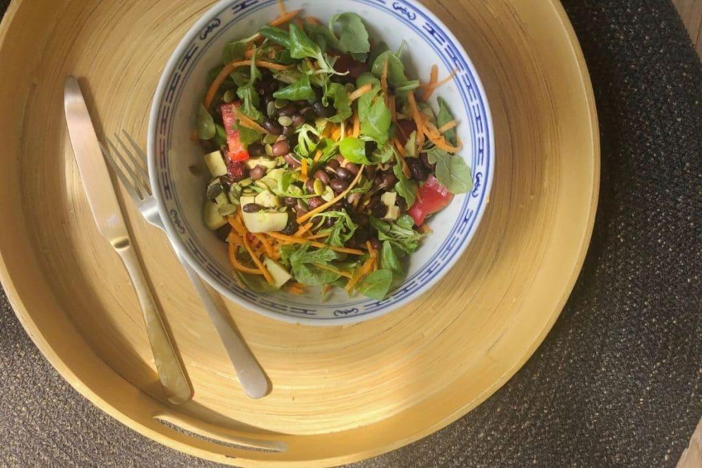 zomerse wortel, avocado zwarte bonen salade met limoendressing